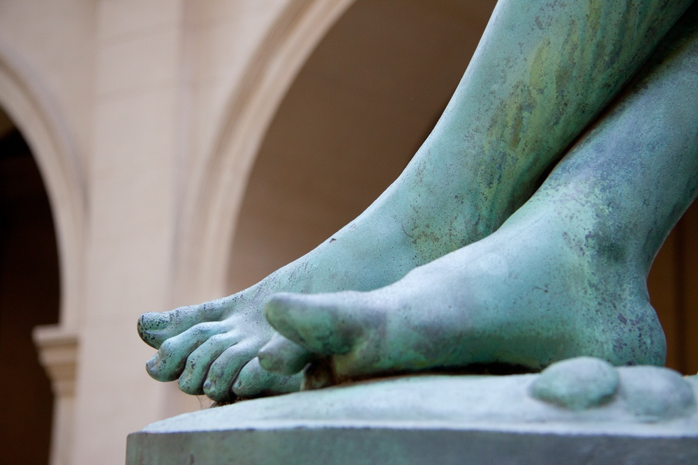 Pied statue